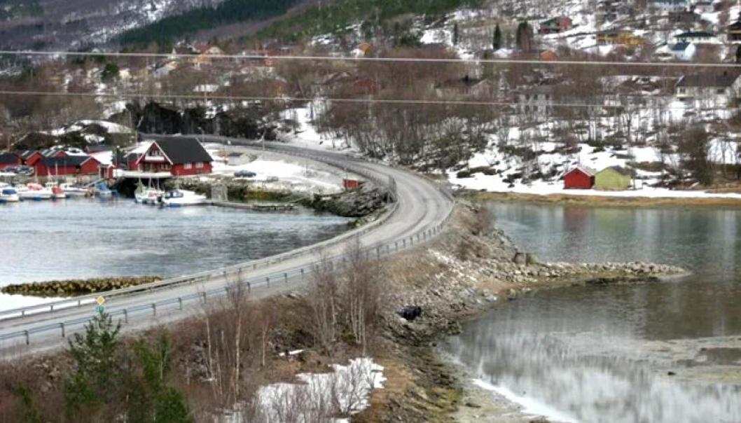 Strømmen bru på E6 i Sørfold. Nå skal det bygges ny bru på samme fylling langs nåværende bru.