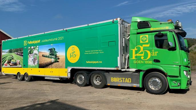 Dette grønne vogntoget kjører landet rundt for å feire Felleskjøpets 125-årsjubileum. Tirsdag 5. oktober kommer feiringen til Otta.