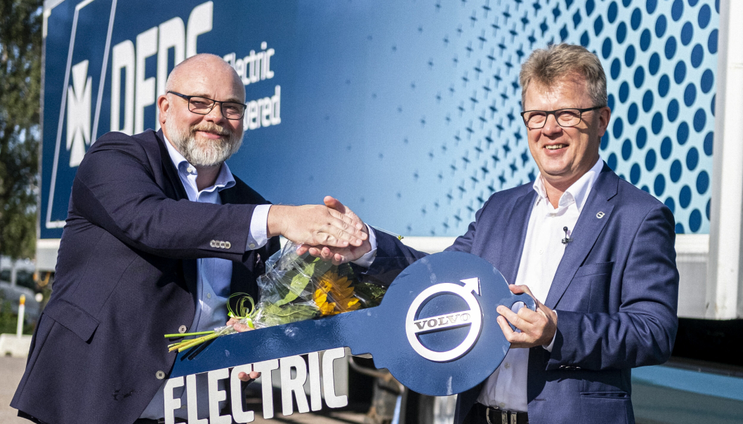 Den første Volvo FM Electric ble overlevert av administrerende direktør i Volvo Trucks, Roger Alm (til høyre), til DFDS, representert av Niklas Andersson, konserndirektør og sjef for logistikkavdelingen i DFDS, i august. Leveransen av resten av de 100 lastebilene starter i fjerde kvartal 2022.