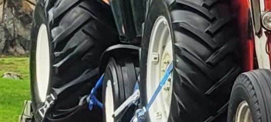 Traktor på henger nesten ikke sikret!