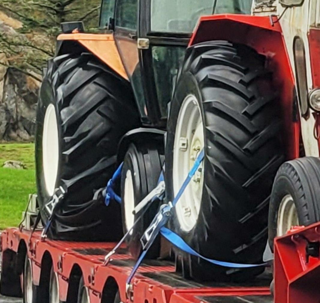 SKREMMENDE: Kontrollørene til Statens vegvesen ble skremt da de så denne sikringen av den tunge traktoren bak på hengeren. Foto: Odd Arild Fintland, Statens vegvesen