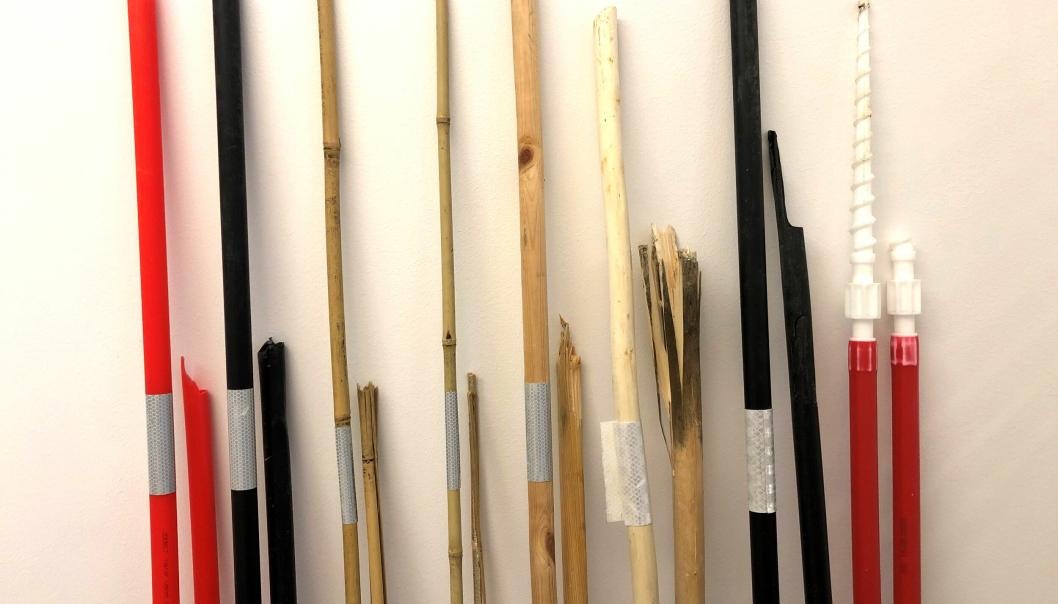 Brøytestikkene som er testet. Hele ved siden av de som er knekt etter stor belastning, for å se hvordan skaden blir. Fra venstre: rød plast, svart plast, tykk bambus, tynn bambus, furu, pil, svart plast med riller, skrubrøytestikke.