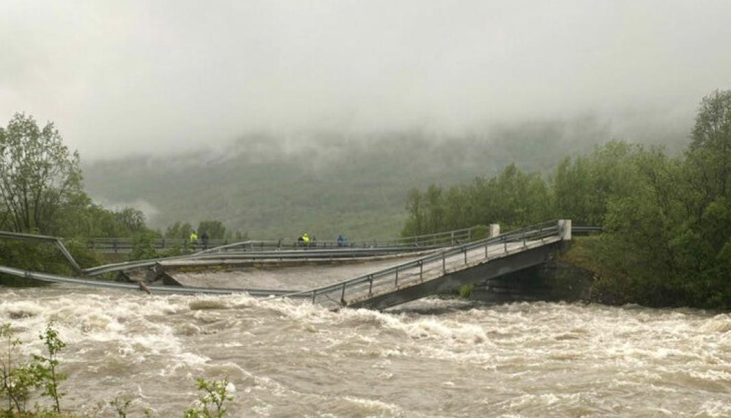 Den gamle E6-brua over Badderelva kollapset i flommen 12. juni i år. Nå skal den fjernes.