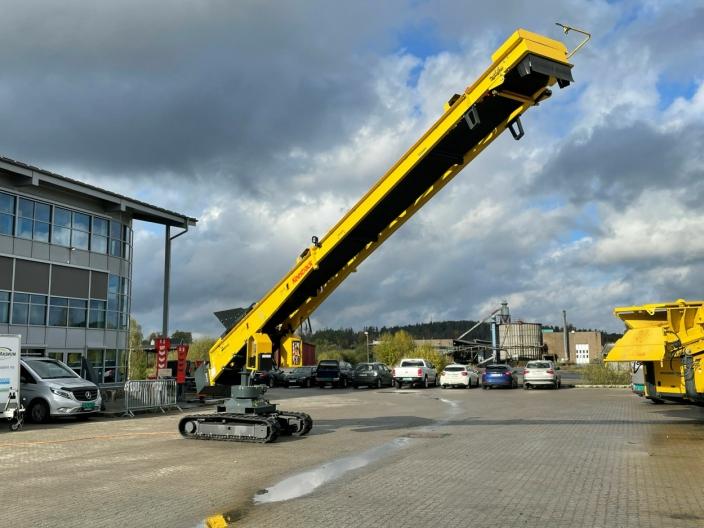 Vises: Opplagstransportør Keestrack S1e på belter. 3000 tonn/1800 m3 opplag (180grader) der svingfunksjonen er automatisk. Driftes elektrisk drift fra knuser/sikteverk eller nettstrøm.