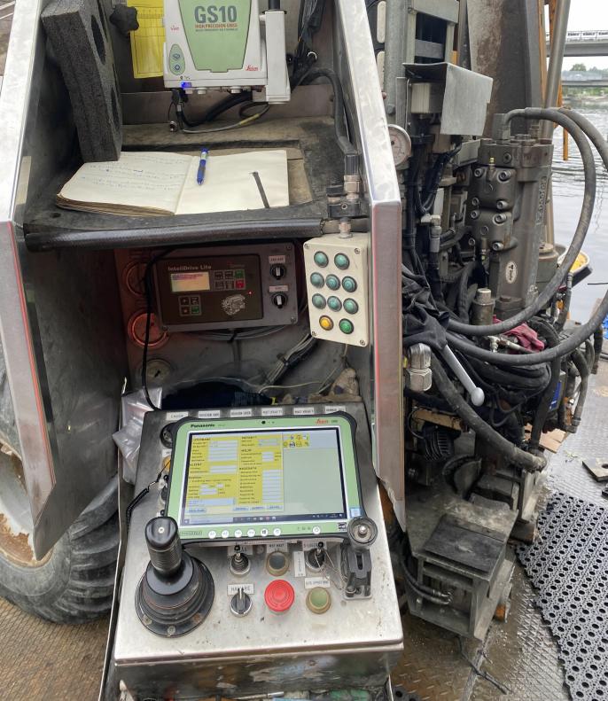 - Vi benytter avansert geodetisk GNSS-utstyr som består en mottaker/sensor, antenne og et robust nettbrett. Utstyret kan gi en nøyaktighet på noen få centimeter i alle tre dimensjoner, sier sjefingeniør Asbjørn Eilefsen i Statens vegvesen.